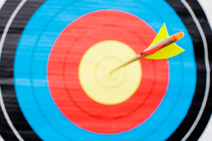 Arrow in bullseye of target (close-up)の写真素材 [FYI02943616]