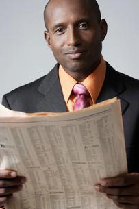 Businessman reading newspaperの写真素材 [FYI02943643]