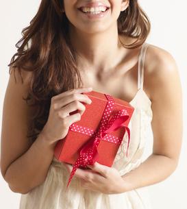 Woman Holding Christmas Presentの写真素材 [FYI02943652]
