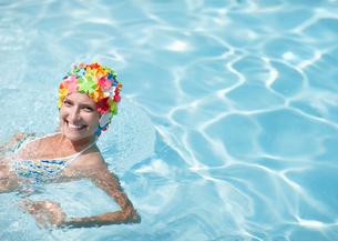 Mid-Adult Woman Wearing Colorful Swimcap in Swimming Poolの写真素材 [FYI02943665]