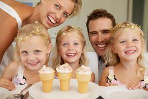 Parents and triplets having ice creamの写真素材 [FYI02943666]