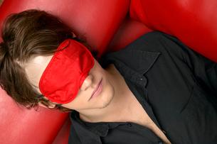 Young man with sleep maskの写真素材 [FYI02943667]