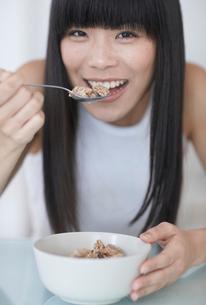 Mid-Adult Woman Eating Breakfast Cerealsの写真素材 [FYI02943671]