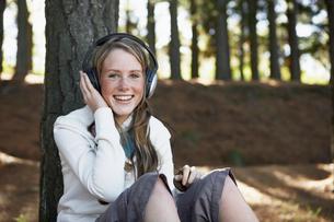 Teenager listening to headphonesの写真素材 [FYI02943672]
