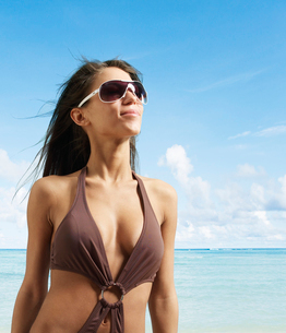 Young Woman in Beach Attireの写真素材 [FYI02943697]