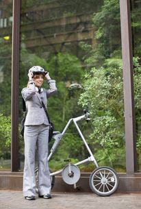 Businesswoman with Folding Bikeの写真素材 [FYI02943702]