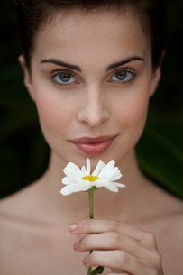 Young woman holding daisyの写真素材 [FYI02943712]