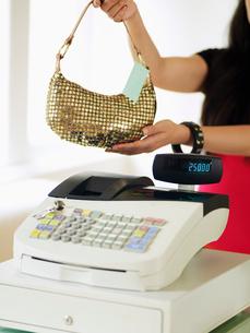 Young Woman Buying Handbagの写真素材 [FYI02943729]