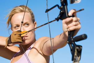 Young woman arrow shootingの写真素材 [FYI02943738]