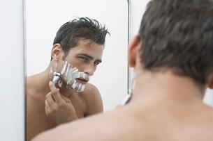 Mid adult man shaving beardの写真素材 [FYI02943757]