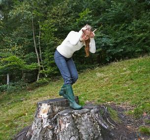 Woman Mimicking Deerの写真素材 [FYI02943769]