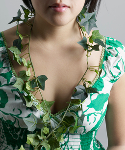 Ivy Around Woman's Neckの写真素材 [FYI02943770]