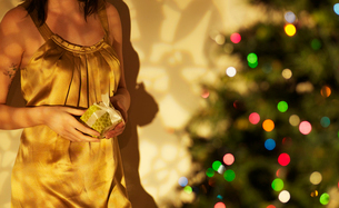 Close-Up of Woman with Christmas Presentの写真素材 [FYI02943812]