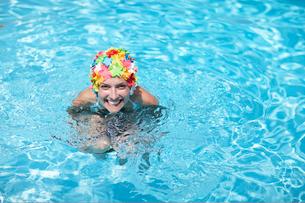 Mid-Adult Woman Wearing Colorful Swimcap in Swimming Poolの写真素材 [FYI02943829]