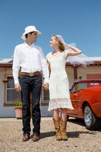 Portrait of newlyweds in cowboy attireの写真素材 [FYI02943845]