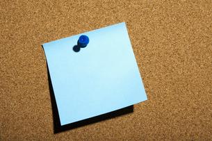 Blue Note Pinned on Boardの写真素材 [FYI02943857]