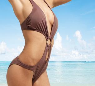 Mid-Section of Young Woman in Bikiniの写真素材 [FYI02943863]