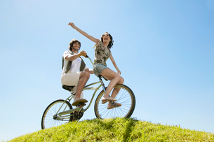 Young couple cycling on hillの写真素材 [FYI02943942]