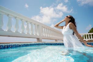 Woman wearing dress in swimming poolの写真素材 [FYI02943960]