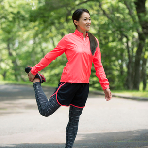 準備運動をする女性の写真素材 [FYI02943977]
