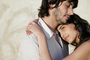 Young couple huggingの写真素材 [FYI02943985]