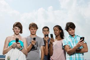 Five teenagers text messagingの写真素材 [FYI02943991]