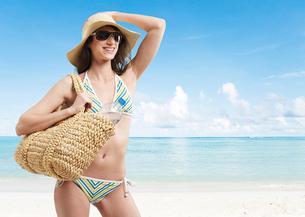 Young Woman in Bikini at Beachの写真素材 [FYI02944003]