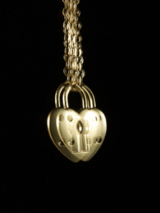 Blurred View of Heart Shaped Padlockの写真素材 [FYI02944028]