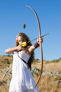 Young woman arrow shootingの写真素材 [FYI02944039]