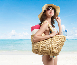 Young Woman Laughing on Beachの写真素材 [FYI02944072]