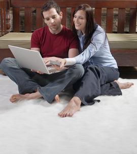 Couple Shopping Onlineの写真素材 [FYI02944080]