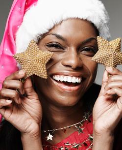 Woman Holding Decorative Christmas Starsの写真素材 [FYI02944126]