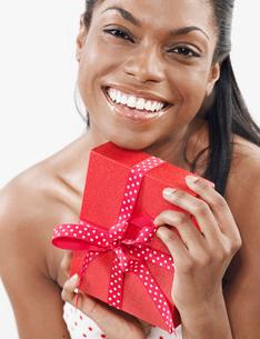 Mid-Adult Woman Holding Presentの写真素材 [FYI02944130]