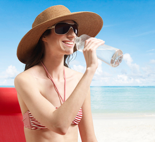 Young Woman Drinking Waterの写真素材 [FYI02944131]