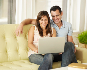 Mid-Adult Couple Using Laptopの写真素材 [FYI02944152]