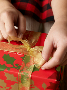 Person Wrapping Christmas Giftの写真素材 [FYI02944160]