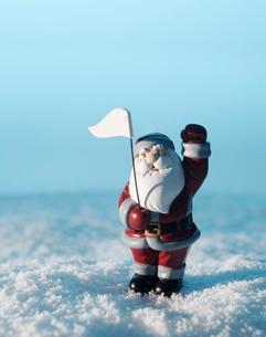 Santa Claus Figurine in Snowの写真素材 [FYI02944199]
