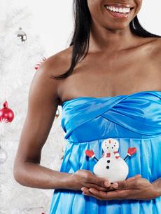 Woman Holding Snowman Decorationの写真素材 [FYI02944225]