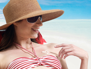 Young Woman Applying Sunscreenの写真素材 [FYI02944238]