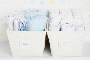 Towels and cloth diapers in basketsの写真素材 [FYI02944252]