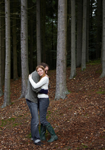 Couple Hugging in Forestの写真素材 [FYI02944280]