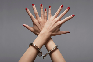 Close-up of womans hands in handcuffsの写真素材 [FYI02944297]