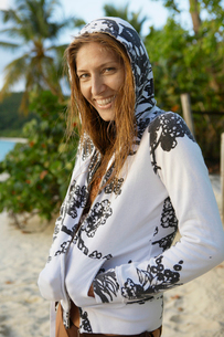 Mid adult woman in hooded top on beachの写真素材 [FYI02944318]
