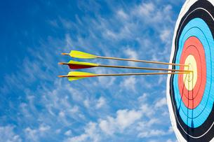 Arrows in bullseye of targetの写真素材 [FYI02944334]
