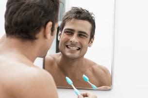 Mid adult man cleaning teethの写真素材 [FYI02944335]