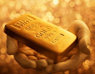 Gold Bar on Hand Sculptureの写真素材 [FYI02944375]