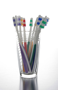 Toothbrushes in Glassの写真素材 [FYI02944394]