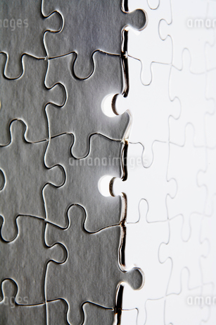 Gray and White Jigsaw Piecesの写真素材 [FYI02944403]
