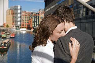 Mid adult couple hugging at bridgeの写真素材 [FYI02944433]