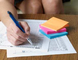 Woman Filling Tax Formの写真素材 [FYI02944465]